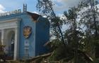 Стара тополя завалила будівлю арки стадіону Авангард в Ужгороді