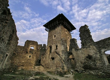 У Невицькому замку демонтують аварійну вежу