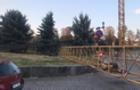 Приховали сліди злочину: Будівельники в Ужгороді закопали краном зламану ялинку та ліхтар (ВІДЕО)