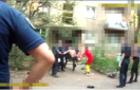 Поліція оприлюднила відео затримання хулігана, який розбивав вікна й жбурляв скло у перехожих