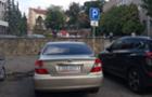 Автомобіль мера Ужгорода припаркувався на місці для інвалідів (ФОТОФАКТ)