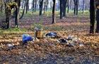 В Ужгородському парку забрали сміттєві баки, але люди продовжують зносити сміття (ФОТОФАКТ)