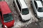 В Ужгороді глиба снігу впала на автомобілі і потрощила скло