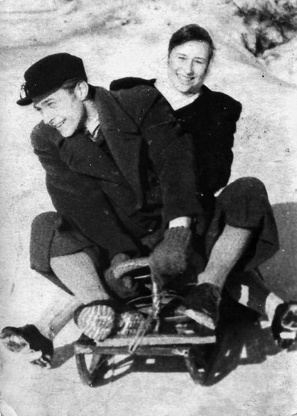 4_Василь Габда зі своєю дружиною на санчатах