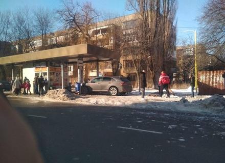 Автомобіль влетів в автобусну зупинку на вулиці Минайській
