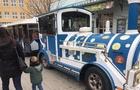 Площу Театральну в Ужгороді заливає маслом з дитячого паровозика (ФОТО)