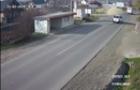 У Виноградові автомобіль зніс дорожній вказівник і ледь не вбив двох людей (ВІДЕО)