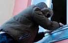 На Мукачівщині в чоловіка односелець викрав рушницю, ніж та бензопилу