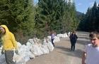 Волонтери зібрали на Синевирському перевалі декілька тонн сміття (ФОТО)
