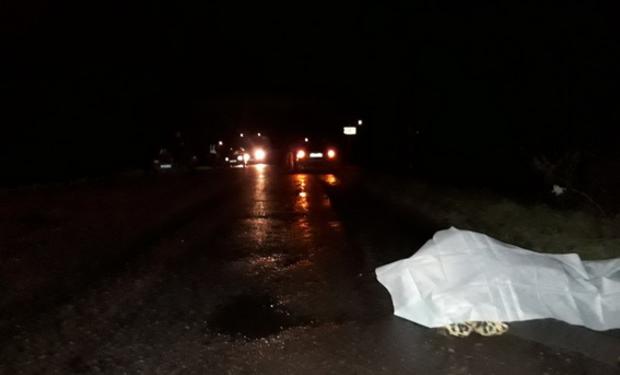 На Закарпатті автомобіль збив насмерть жінку, яка стояла посеред дороги на колінах