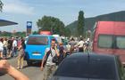 На Виноградівщині люди розширили акцію протесту і перекрили дорогу до райцентру