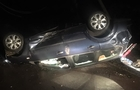 На Мукачівщині автомобіль вдарився в електроопору і перекинувся на дах.