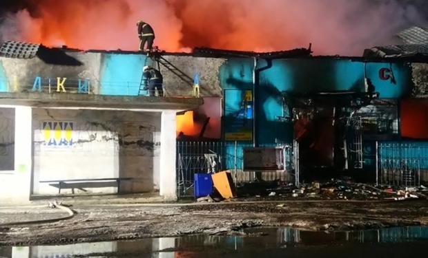 Масштабна пожежа на Іршавщині: згорів двоповерховий меблевий магазин (ФОТО)