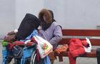Жінка, як плює на перехожих та обливає їх сечею, перебралася з Мукачева до Ужгорода