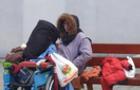 Жінку, яка в центрі Ужгорода плювала в людей та обливала їх сечею, забрали до лікарні