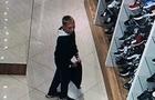 Камери відеоспостереження зафіксували, як неповнолітній хлопець вкрав кросівки з магазину (ВІДЕО)