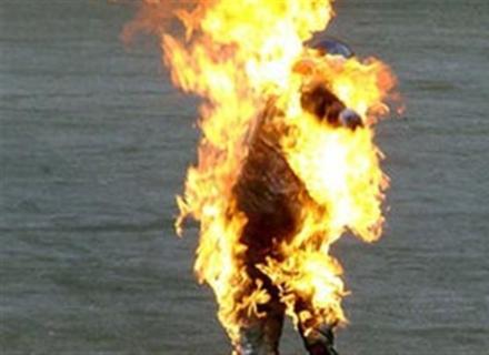 Дружина чоловіка, який підпалив себе в Ужгороді, каже, що він мав проблеми з психікою (ВІДЕО)