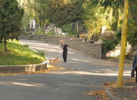 Комунальники та служителі церков просять відмовитися від вінків зі штучних квітів та лампадок, які люди несуть на цвинтарі