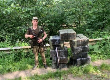 На Рахівщині, тікаючи від прикордонників, контрабандисти викинули 11 ящиків сигарет