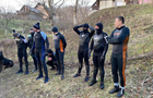 На Рахівщині прикордонники виявили 16 пакунків з сигаретами та затримали вісьмох контрабандистів-водолазів (ВІДЕО)