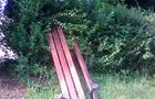 В Ужгороді новий вид розваги вандалів: скидати лавки з набережних в бік річки