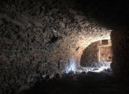 Під час будівництва в історичному центрі Ужгорода випадково відкопали старовинні підвали (ФОТО)