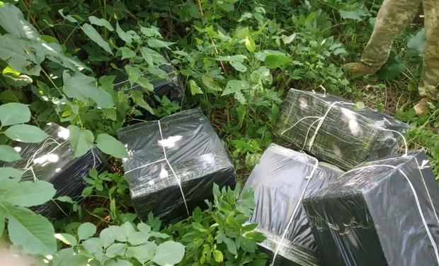 Біля угорського кордону закарпатські прикордонники виявили 12 тисяч пачок сигарет (ФОТО), фото-1