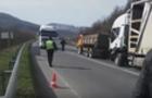 На Свалявщині у вантажівки під час руху вибухнуло колесо. Автомобіль з'їхав у кювет (ВІДЕО)