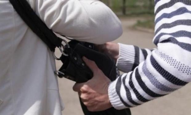 В Ужгороді троє циган прямо на вокзалі побили чоловіка і відібрали у нього телефон та 1000 грн