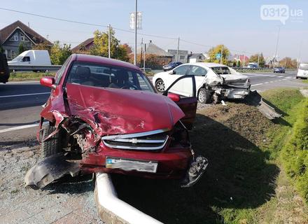 Біля Ужгорода автомобіль Шевроле на швидкості врізався в припаркований автомобіль Субару