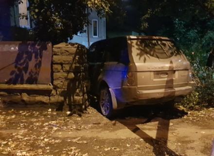 В Ужгороді в результаті аварії автомобіль врізався в паркан приватного будинку (ФОТО)
