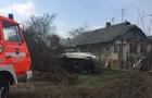 Біля Ужгорода мікроавтобус перекинувся у двір приватного будинку (ФОТО)