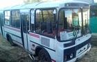 Маршрутний автобус провалився в яму у Мукачеві (ФОТО)