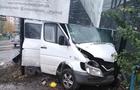 В Ужгороді мікроавтобус зніс електроопору та кіоск. Водій втік з лікарні