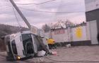 У Мукачеві мікроавтобус зніс електроопору і перекинувся на бік