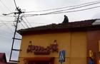 Чоловік, який у Мукачеві з даху будинку кидав на людей черепицю, був тверезим