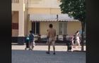 По центру Мукачева ходить голий чоловік (ВІДЕО)
