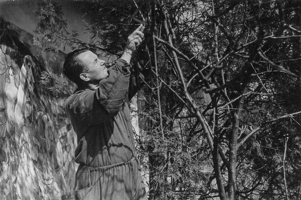 7_ Адальберт Ерделі у своєму саду