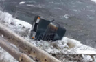 На Рахівщині автомобіль, у якому було двоє маленьких дітей, перекинувся з дороги на берег річки