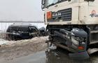 На околиці Мукачева позашляховик зіштовхнувся з бензовозом - двоє постраждалих (ФОТО)