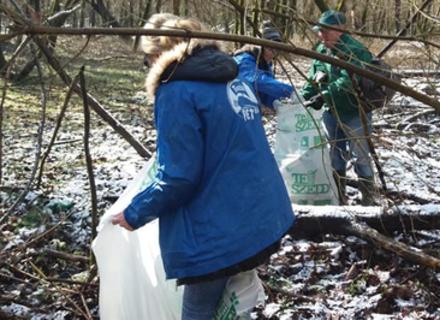 Небайдужі закарпатці прибирали сміття вздовж Тиси на території Угорщини