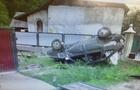 На Закарпатті юнак на автомобілі ВАЗ зніс паркан, перекинувся на дах і ледь не зніс газові мережі (ФОТО)