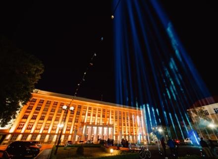 В Ужгороді на знак підтримки мистецтва підсвітили небо