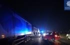 На об'їзній дорозі Ужгорода легковик врізався в одну із вантажівок, які стоять у величезній черзі на виїзді до Словаччини
