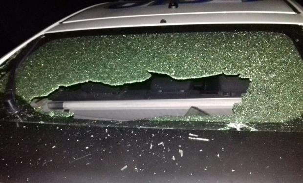 В Ужгороді п'яні молодики розбили скло на поліцейській машині