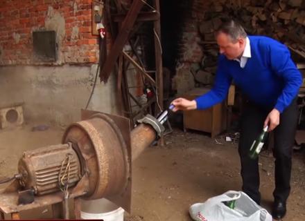 На Рахівщині сільський голова змайстрував апарат по переробці скляної тари в пісок (ВІДЕО)