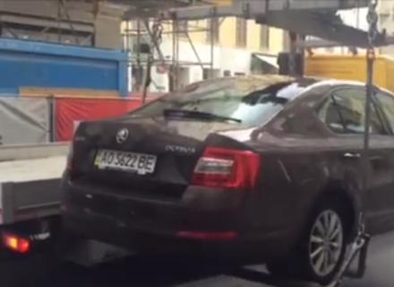 Відео дня: Евакуатор в центрі австрійської столиці забирає автівку закарпатця
