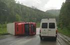 На Закарпатті на перевалі перекинулася вантажівка з причепом (ВІДЕО)