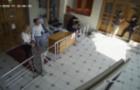 Неадекват озброєний палицею намагався прорватися у приміщення Закарпатської прокуратури (ВІДЕО)