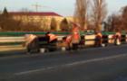 В Ужгороді комунальники вручну миють транспортний міст (ВІДЕО)